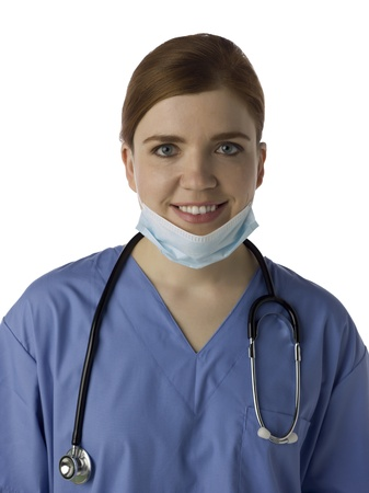 medical mask: Retrato de la sonrisa doctora con la m�scara m�dica aislada en un fondo blanco