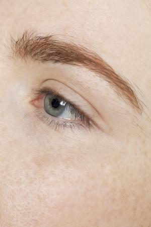 灰色の目に女性のイメージをアップします。