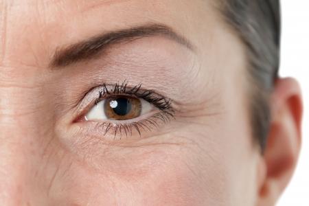 arrugas: Cerrado hasta marr�n del ojo de una mujer mayor Foto de archivo