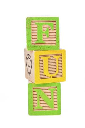 単語の楽しみを形成するために互いの上に配置されたビルディング ブロックのクローズ アップ ショット。 写真素材