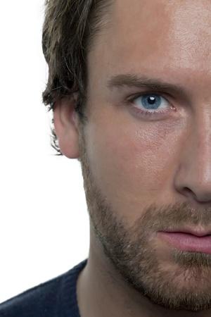 Close-up beeld van het gezicht van half man kijken naar de camera tegen de witte achtergrond