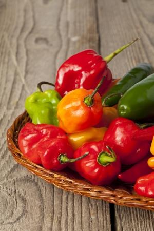 chiles picantes: Coloridos pimientos picantes en una cesta circular