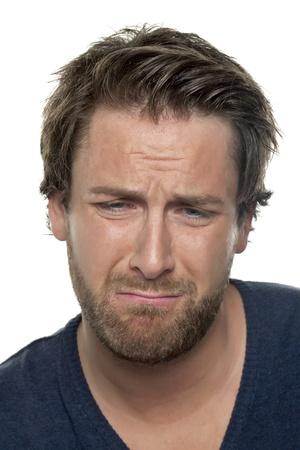 gestos de la cara: Cara de primer plano de un hombre llorando aislado en un fondo blanco