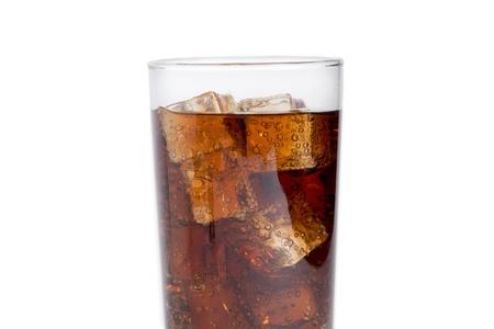 carbonation: Un vaso de refresco de cola con cubos de hielo en un fondo blanco
