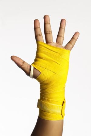 expresion corporal: Imagen de primer plano de la palma de boxeador con un vendaje aislado en un fondo blanco