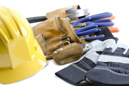 Close-up shot gele helm handschoenen en gereedschap riem.