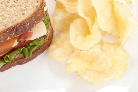 ham sandwich: Ritagliata panino al prosciutto con patatine fritte in un piatto Archivio Fotografico