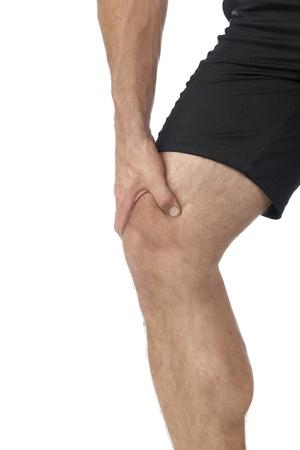 dolor rodilla: Retrato del hombre que sufre de dolor de rodilla en una imagen recortada