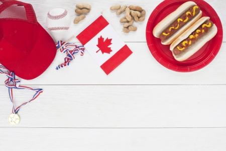 nicked: Americano b�isbol con gorra, pelota, medallas, banderas de Canad� y s�ndwich hot dog americano