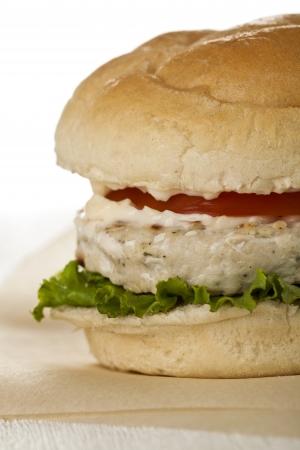hamburguesa de pollo: Recortada disparo de una deliciosa hamburguesa de pollo con tomate, lechuga y mayonesa