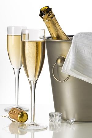botella champagne: Flautas de champ�n y cubo de hielo en una imagen de primer plano