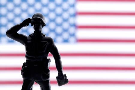 salut: Soldat salutera och ge ära på hans land Stockfoto