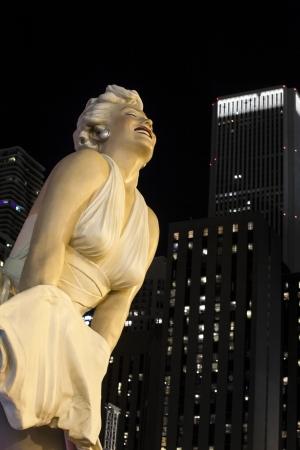 marilyn: Close up statue Marilyn Monroe in chicago against dark