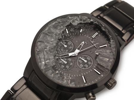 broken wrist: Cerrado imagen de un reloj de mu�eca rota sobre un fondo blanco Foto de archivo