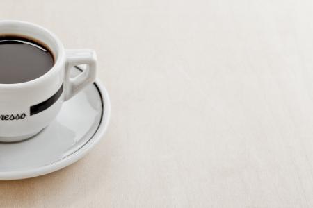 木製テーブルの上のコーヒー カップの画像をトリミング 写真素材
