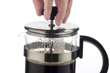 tomando refresco: Las foto de una mano sosteniendo la tapa humano de una taza de caf� sobre fondo blanco. Foto de archivo