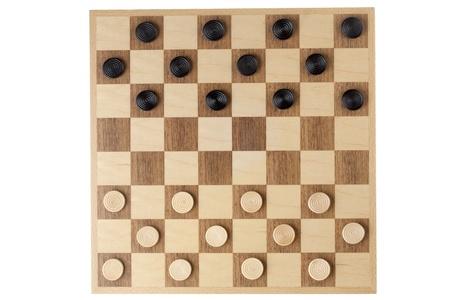 checker board: Tablero de ajedrez de madera con fichas en una imagen de primer plano