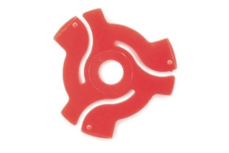 45 adaptador de grabación rojo aislado en un fondo blanco