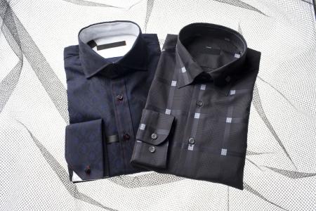 dry cleaned: Un'immagine di due camicia colore scuro isolato