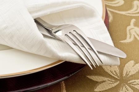 tissu blanc: Close-up image d'un tissu pli� blanc avec une fourchette et un couteau inoxydable Banque d'images