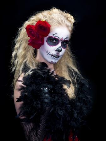 Gros plan d'une femme portant effrayant de crâne de sucre maquillage traditionnel sur un fond sombre. Modèle: Christine Vandenberk Banque d'images - 17244729