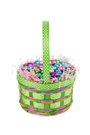 oeufs en chocolat: Des ?ufs en chocolat et des confettis sur le panier de P�ques