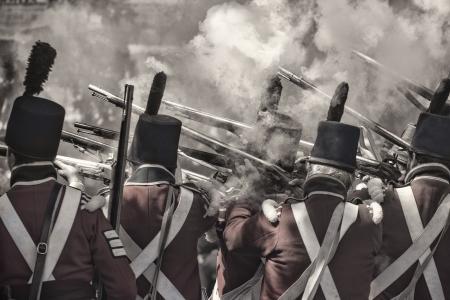 reenact: Volver la vista de los soldados que disparaban los ca�ones recreando la guerra civil en 1812