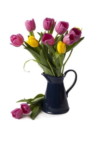 黒い花器にピンクと黄色のチューリップの花束の垂直方向の画像