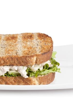 Imagen recortada de s�ndwich de ensalada de huevo en plato blanco sobre fondo blanco Foto de archivo - 17252409