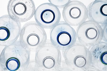 リサイクル可能なペットボトル白い背景の上のスタックのクローズ アップ ショット。