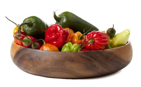 chiles picantes: Cerrado encima de tiro de una variedad de chiles en un taz�n Foto de archivo