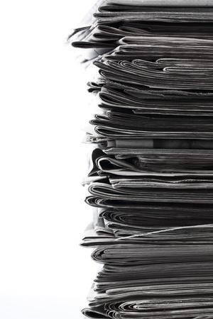 oude krant: Stapel oude kranten voor recycling.