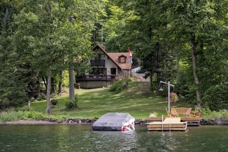 Pequeña cabaña cerca de un lago en el Halliburton Foto de archivo - 17262167