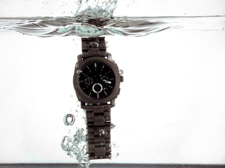 손목 시계는 물 거품과 밝아진 만드는 물에 빠져
