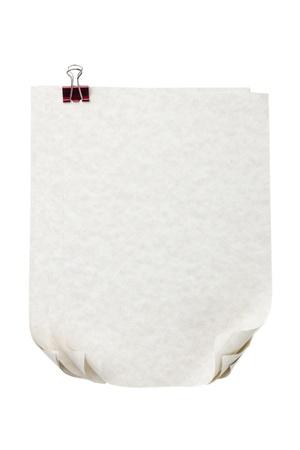 curled edges: Fogli di carta con bordi arricciati e clip legante annesso isolato in uno sfondo bianco