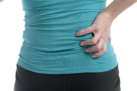 Bijgesneden afbeelding van vrouw die lijdt aan rugpijn
