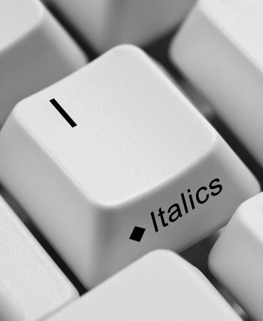 emphasising: Closeup di tasti della tastiera del computer che sottolineano il tasto I e corsivo