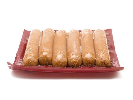 Un paquete de salchichas envasadas al vacío en blanco