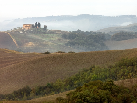 The fields have been plower and seeded for the next growing season in the Tuscan Valley. Stockfoto