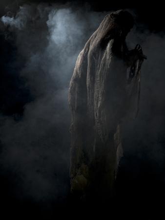 Vista posteriore di uno scheletro circondato di fumo su sfondo scuro.