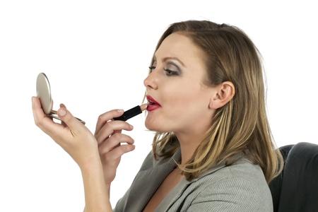 흰색 배경 위에 립스틱을 적용 금발 여자의 폐쇄 샷