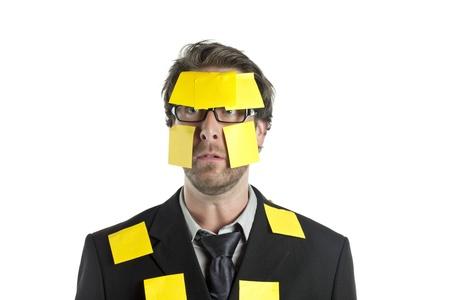 notas adhesivas: Un hombre de negocios dado una sacudida el�ctrica con las notas pegajosas amarillas aisladas en un fondo blanco