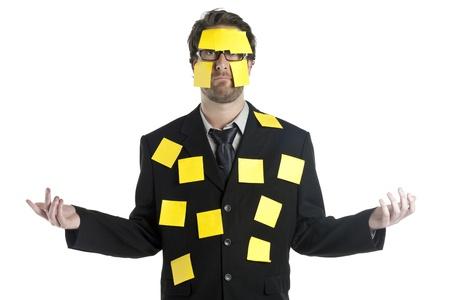 notas adhesivas: Retrato de hombre de negocios cubiertos por las notas pegajosas amarillas aisladas en un fondo blanco Foto de archivo