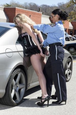 trasgressione: La polizia donna ammanettato la donna Archivio Fotografico
