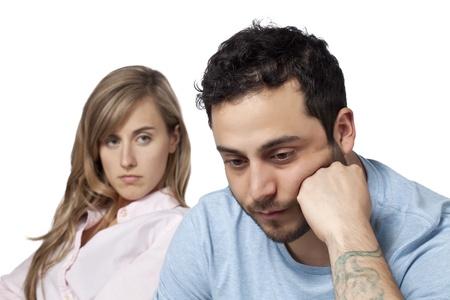 誤解を持っている悲しいカップル