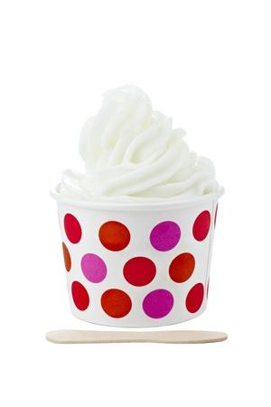 ice cream stick: Copa de helado de vainilla con helado de palo aislado en un fondo blanco