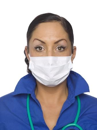 수술 마스크를 착용하는 여성 의사