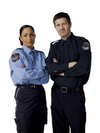 白い表面で交差の腕を持つ深刻な警察官の肖像画
