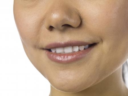 Chiuso sul colpo di una donna sorridente che mostra i denti Archivio Fotografico - 17400391