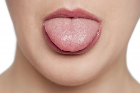 舌: 認識できない女性彼女の舌を突き出て 写真素材
